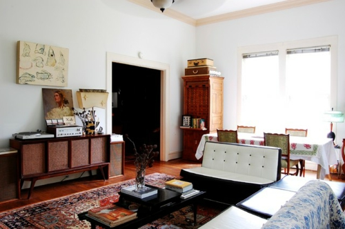 Altes Haus mit ausgefallenem Interieur wohnzimmer teppich sofa