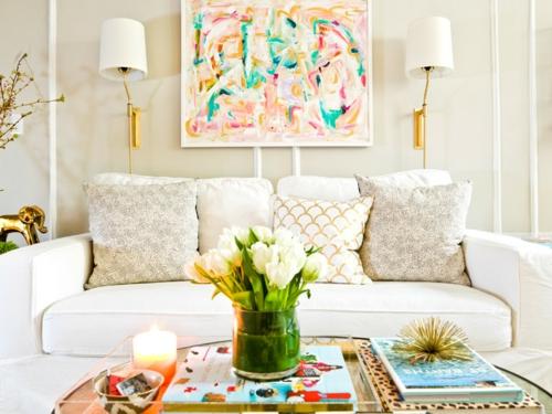 Altes Haus mit schönem Interior Design sofa kissen blumen