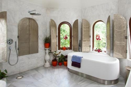Badezimmer-Designs-im-asiatischen-Stil-pflanzen-töpfe-badewanne