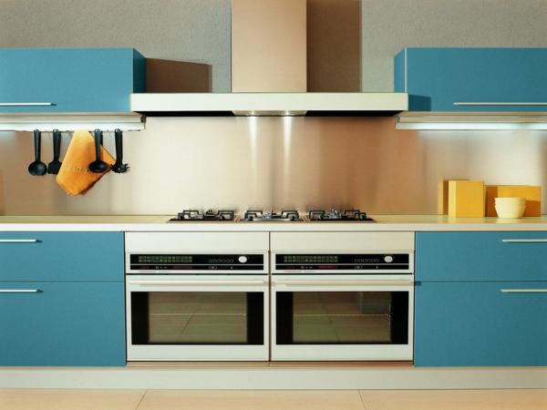küche einrichtung licht idee blau oberflächen kochherd arbeitsplatten