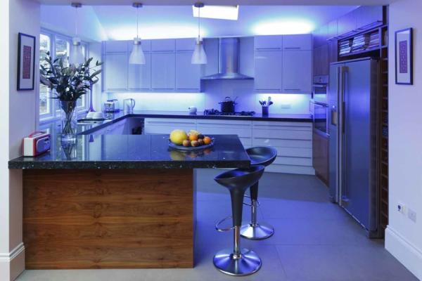 Beleuchtung für die Küche blaue lichter barhocker arbeitsplatten