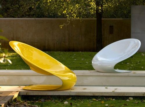 Coole Gartenmöbel für die Terrasse plastisch weiß gelb glanzvoll sessel