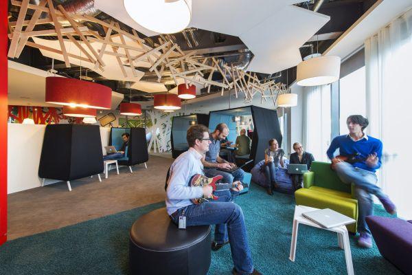Das neue Google Campus Management gitarre spielen leder hocker tisch sofas