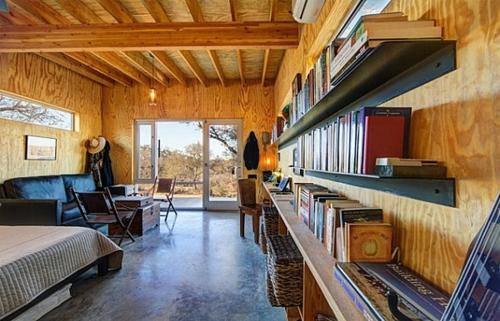 Deko Ideen fürs Gästezimmer holz abgehängt decke regale wand