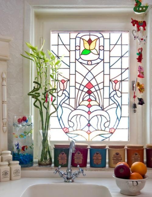Der pflegeleichte Glücksbambus als Dekoration mosaikfenster idee vasen glas