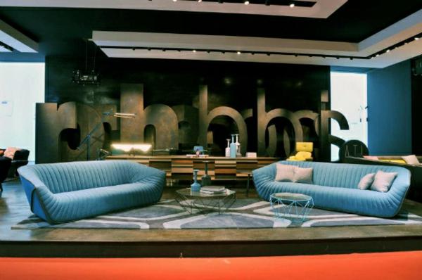 Designer Möbel kollektion blau sofas kissen glastisch geometrisch