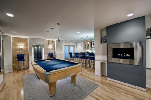 Designer Spielraum mit Billard spieltisch beleuchtung blau tischplatte modern