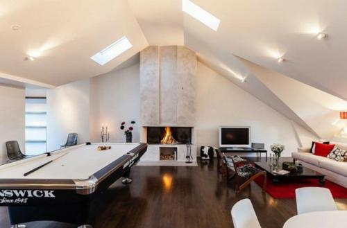 Designer Spielraum mit Billard spieltisch beleuchtung dachfenster