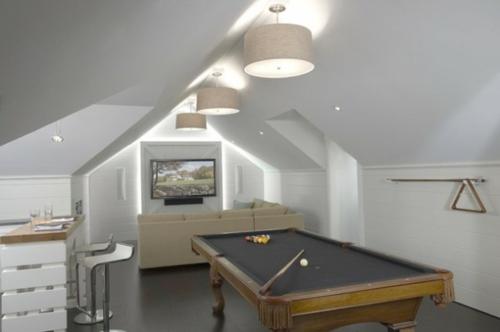 Designer Spielraum mit Billard spieltisch beleuchtung dachgeschoss weiß design