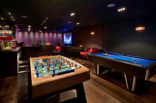 Designer Spielraum mit Billard spieltisch beleuchtung schwarz wandgestaltung