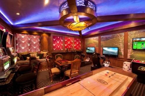Designer Spielraum mit Billardzimmer spieltisch gemusterte wandbekleidung
