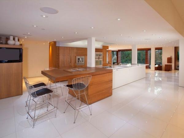 Eine herrliche Residenz küche platten stühle metall fliesen
