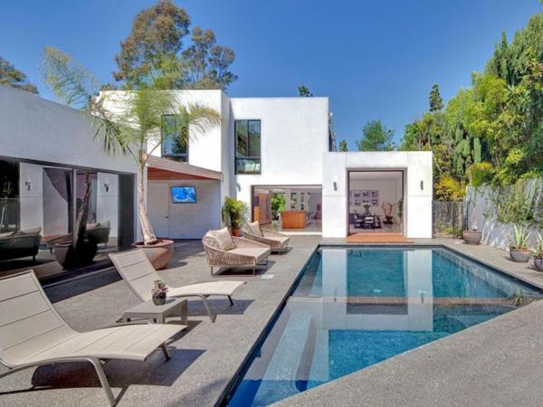 Eine herrliche immobilie liegen sonne pool draußen