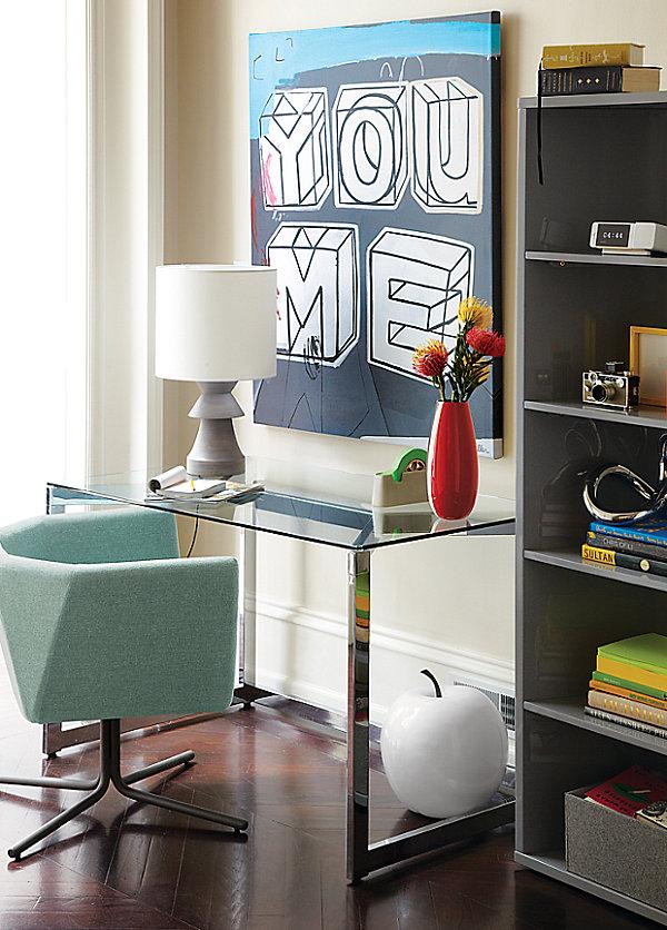 Eklektisches Interior Design sessel blau glas tischplatte tischlampe