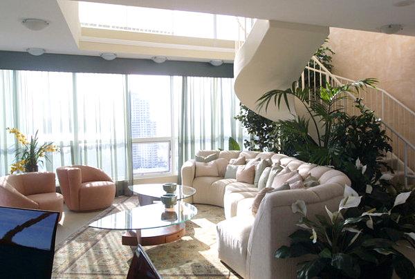 Eklektisches Interior Design sofa dachfenster pflanzen treppe