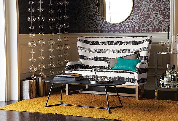 Eklektisches Interior Design sofa schwarz weiß dekoration gelb läufer