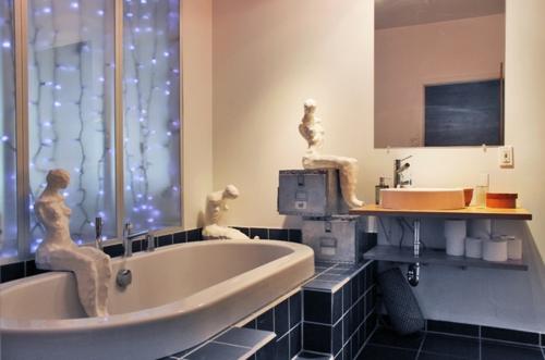 Exotik im designer haus eines künstlers badezimmer lichterkette blau