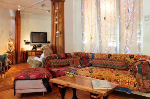 Eleganz und exotik im designer haus eines k nstlers for Indisches sofa