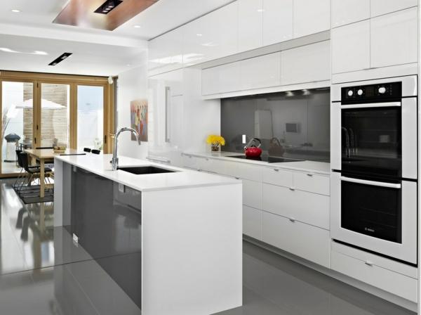 Inneneinrichtung in Weiß holz bodenbelag küchenplatte modern