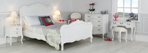 Interior Design im französischen Stil doppelbett weiß kommode hocker schminktisch