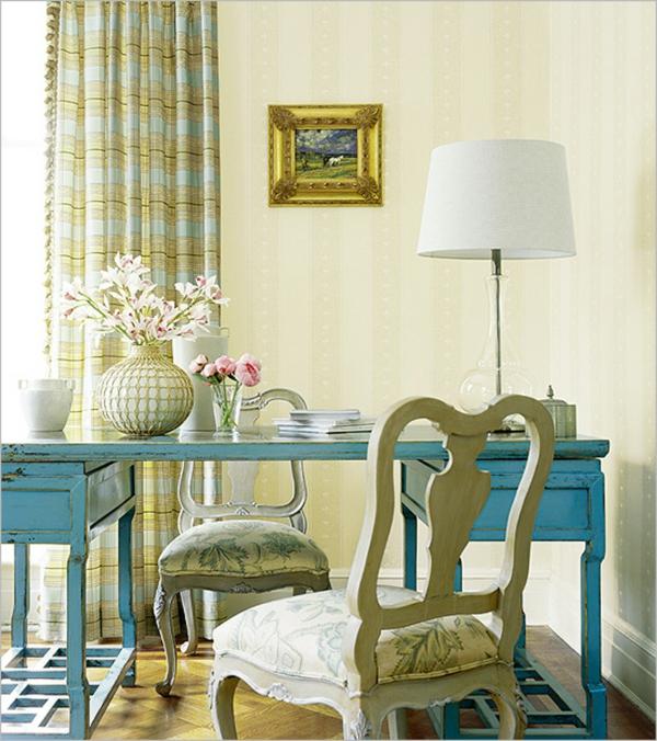 Interior Design im französischen Stil tisch blau abgenutzt
