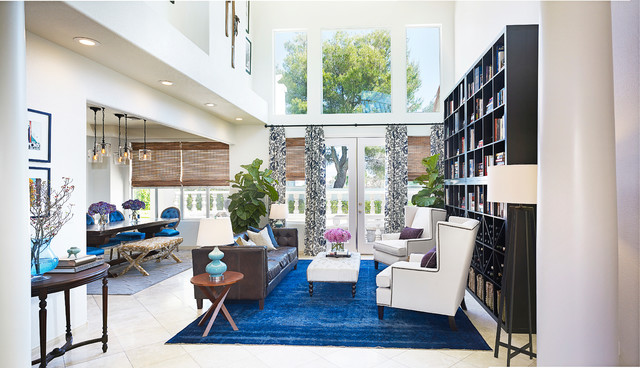 Kombination von Interieur Stilen teppich blau sessel weiß