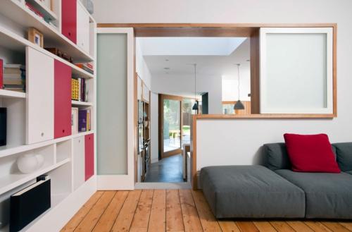 Komponente der Renovierung zu Hause grau sofa rot kissen weiß regale