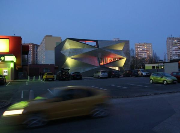 Kulturzentrum  Sportzentrum beleuchtung nachts fassade