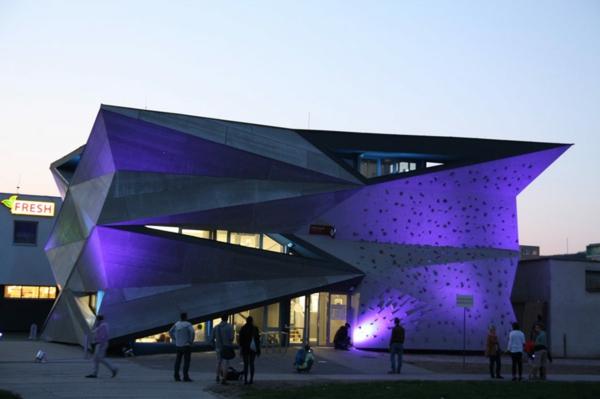 Kulturzentrum Sportzentrum beleuchtung nachts kletterwand