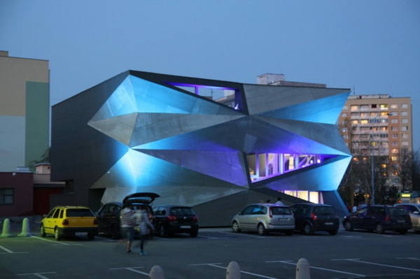 Kulturzentrum Sportzentrum nachts blau beleuchtet