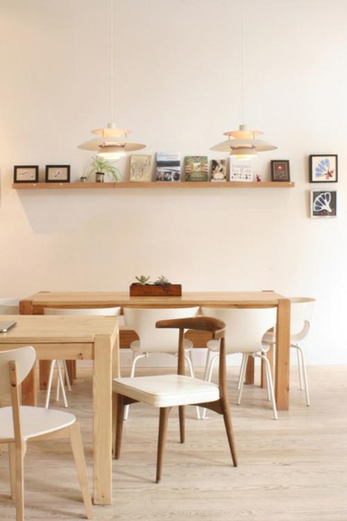 kunstgalerie mit bilderrahmen an der wand regale holz schreibtisch. Black Bedroom Furniture Sets. Home Design Ideas