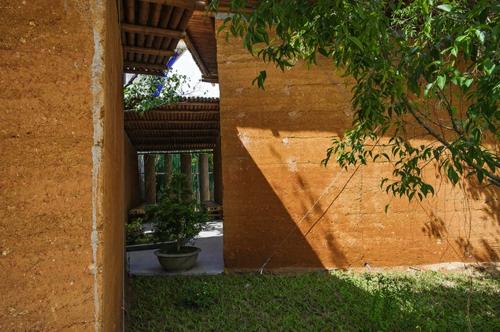 Nachhaltige Gartenhäuser aus Bambus und Stein baum