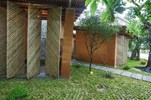 Gartenhäuser aus Bambus und Stein grasfläche