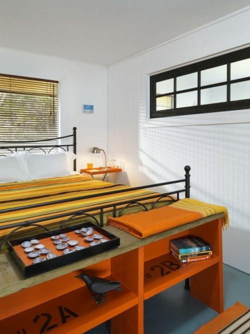 Neues Bett im Schlafzimmer doppelbett gestreift bettwäsche bettgestell metall