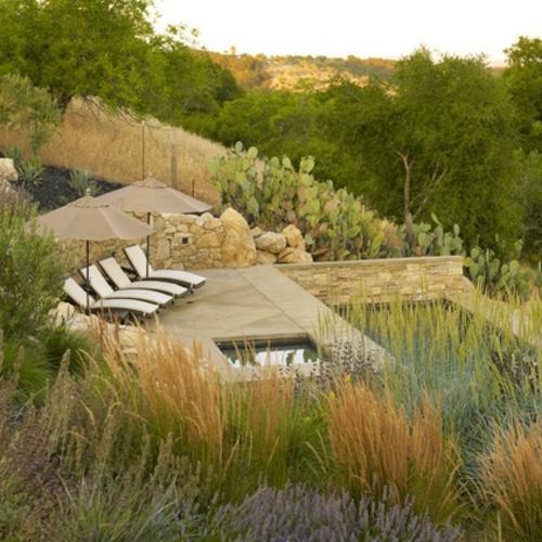 Schöne Gartengestaltung und Landschaftsbau liege pflanzen