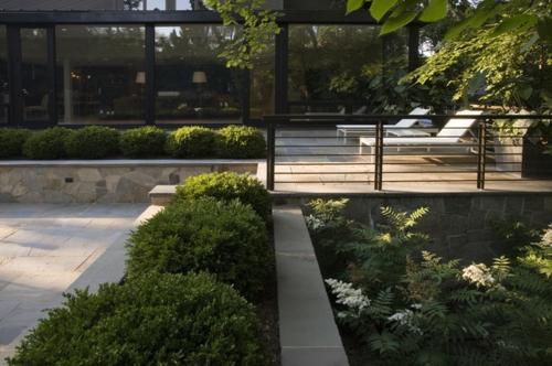Schöne Gartengestaltung und Landschaftsbau strauch geländer liegen