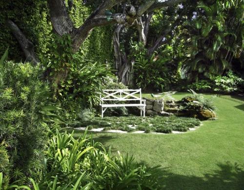 Schattengarten mit tropischen Pflanzen gestalten sitzbank weiß