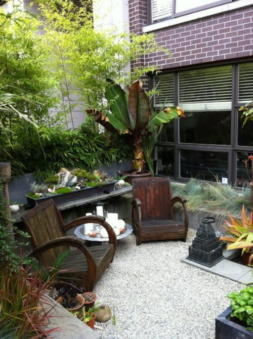 Schattengarten mit tropischen Pflanzen gestalten sitzecke holz nebentisch