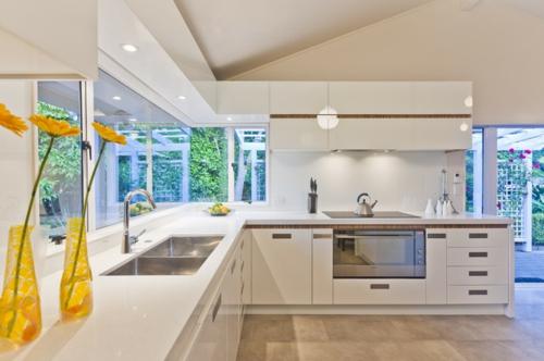 Spüle in der Küche blumenvasen gelb arbeitsplatten kochherd