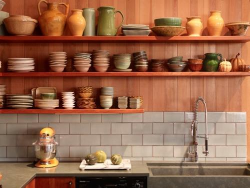 Spüle in der Küche blumenvasen holzplatten wand regale schalen teller