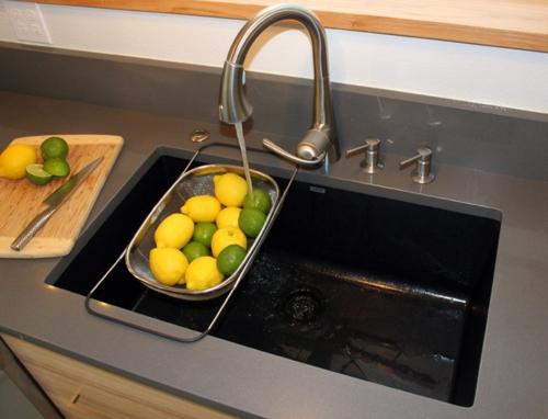 Spüle in der Küche zitronen lime grün wasserhahn material