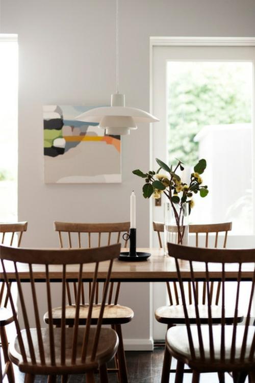Sparsame Dekoration zu Hause esszimmer tisch stühle hängelampe blumen