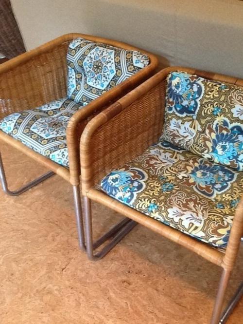Sparsame Dekoration zu Hause rattan lehnstühle bunt auflagen