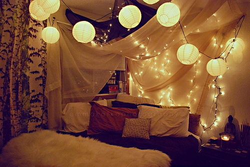 Weihnachtsbeleuchtung im Schlafzimmer ball lampen kissen