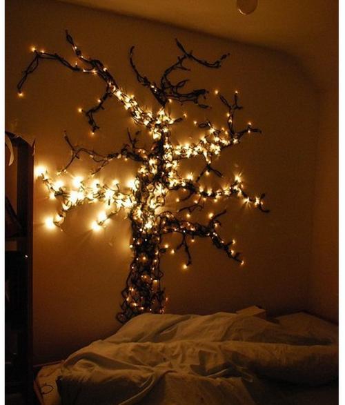 Weihnachtsbeleuchtung im Schlafzimmer baum wand bettwäsche