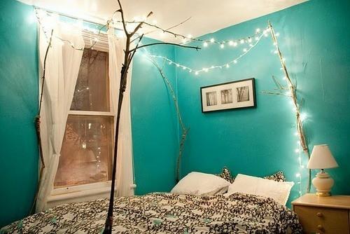 Weihnachtsbeleuchtung im Schlafzimmer blau gesättigt farbe wand