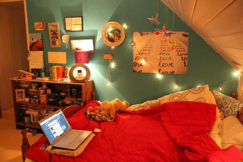 15 coole deko ideen f r weihnachtsbeleuchtung im schlafzimmer. Black Bedroom Furniture Sets. Home Design Ideas