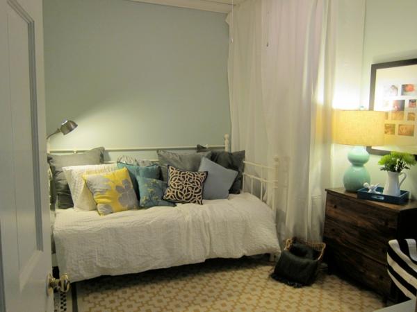 attraktives gästezimmer design bunte kissen kleines sofa