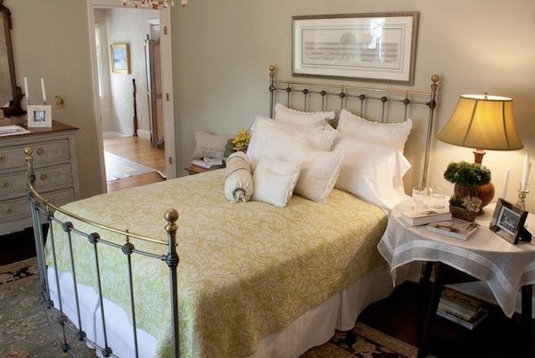 attraktives gästezimmer design schmales doppelbett aus schmiedeeisen
