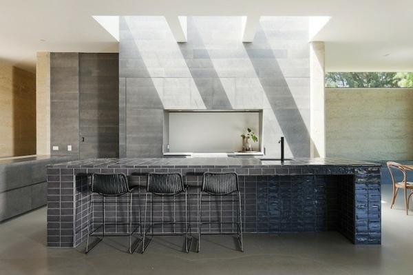 australisches haus design kücheninsel mit glänzenden grauen fliesen